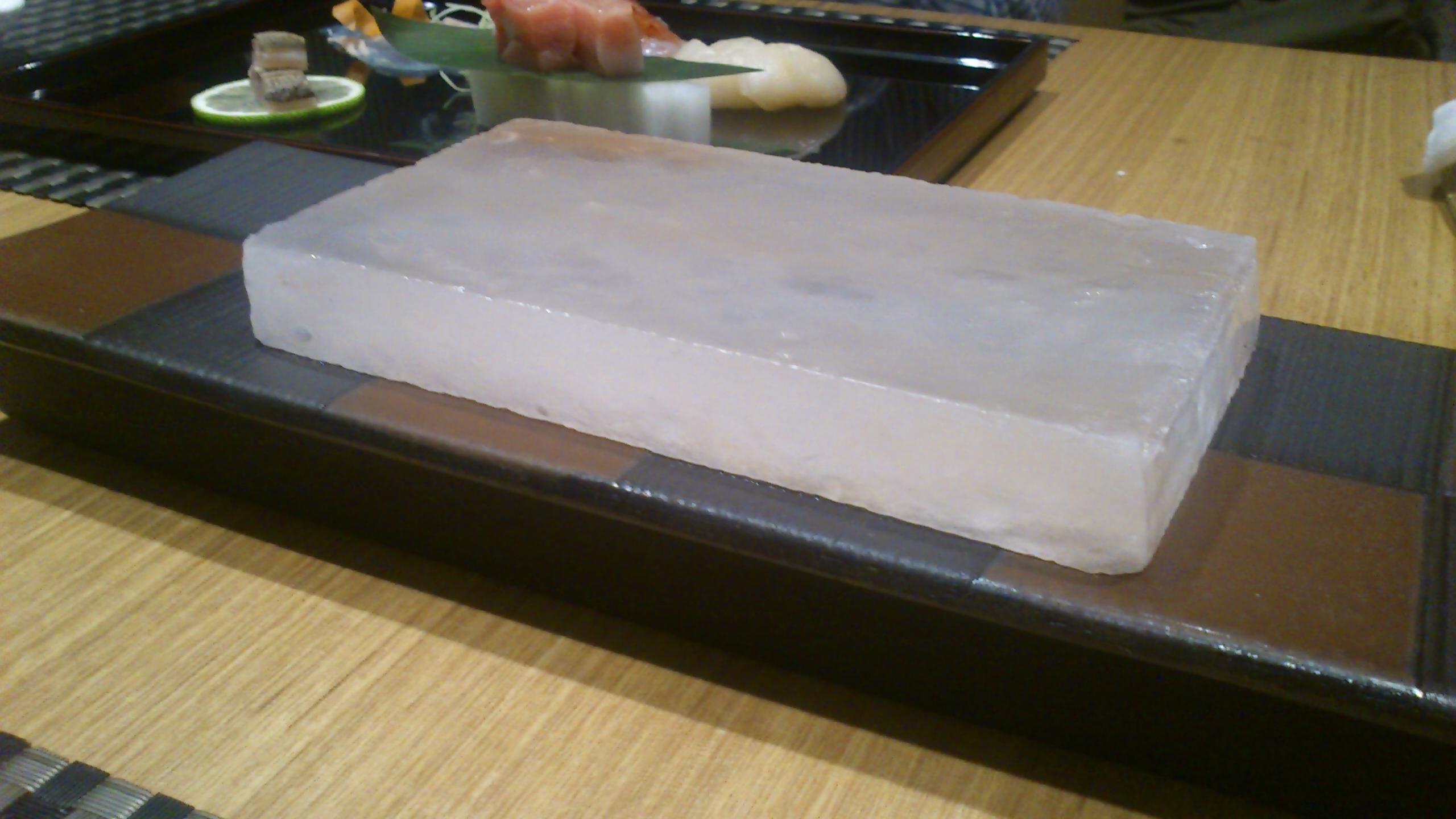 刺身を岩塩ブロックの上に載せて食べる。