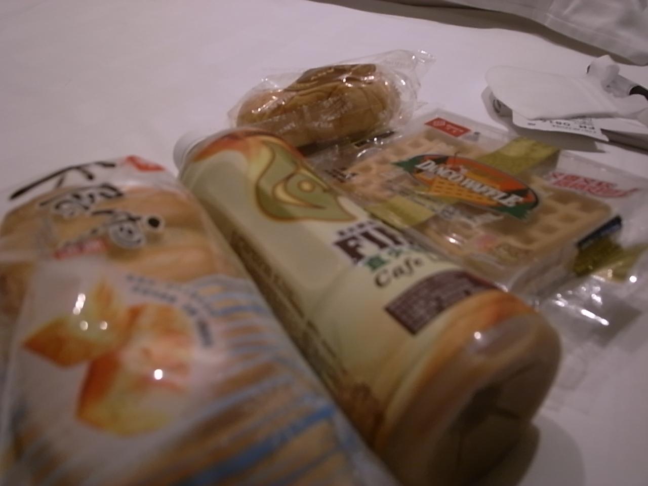 上海ついた時には、コンビニのパンばかり食べていました。買い方もわからないし…。