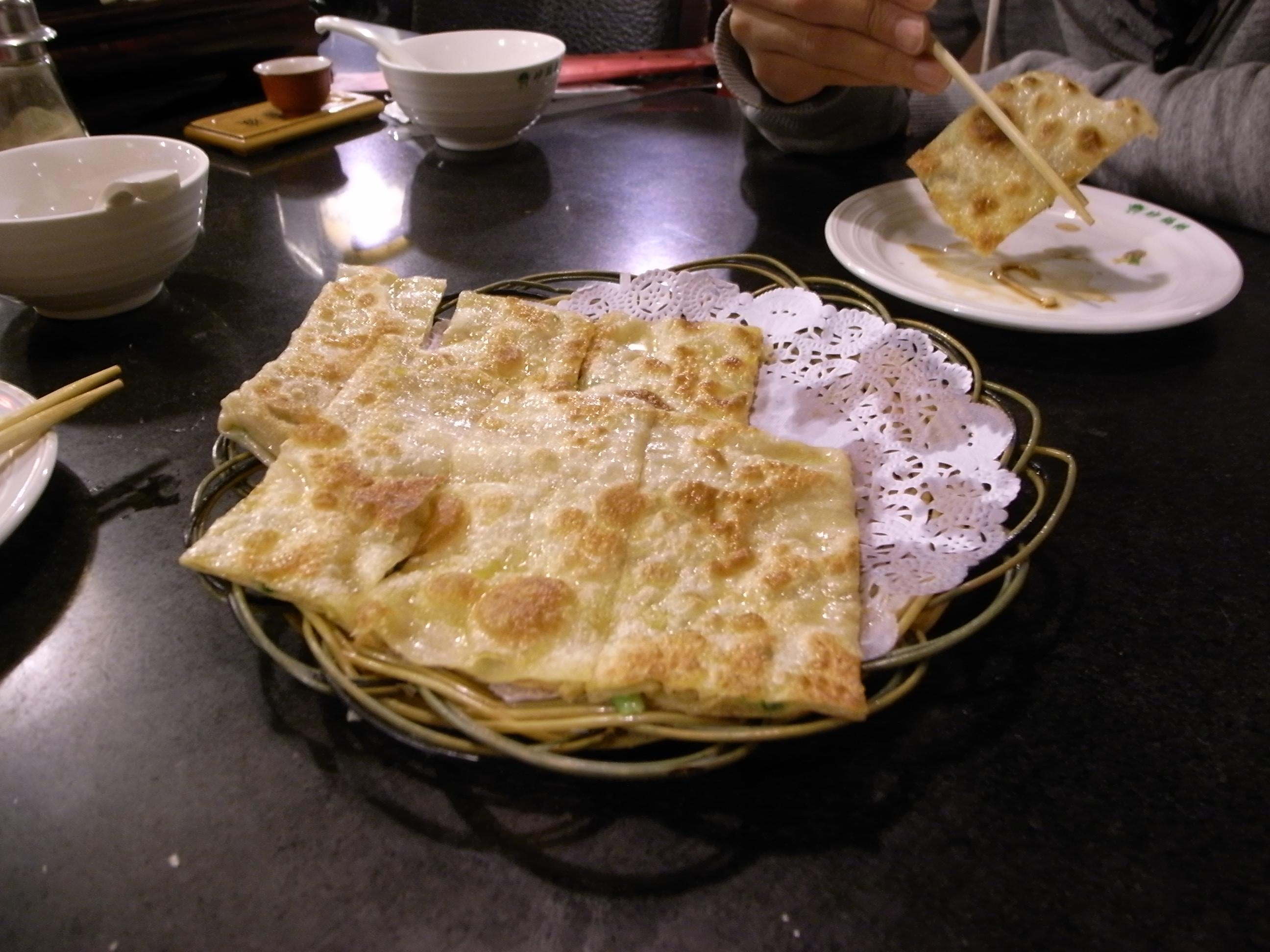 カリッカリに焼いた薄い生地の中に、挽肉と野菜。