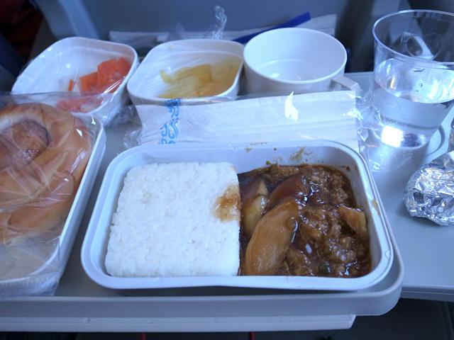 機内食って、なんでこんなに有り難い気持ちがするんだろう。
