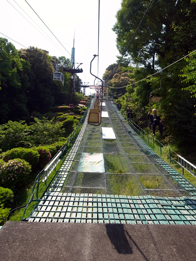 ロープウェーで松山城に。歩いてもいける。とても気持ちがいいです。みんなニコニコしながら乗っています。